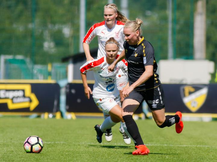 Kaisa Ranki korvasi ottelun alussa loukkaantuneen Anna Vlasoffin. Tässä taakse ovat jääneet Iida Ruuskanen ja Heini Toivonen.